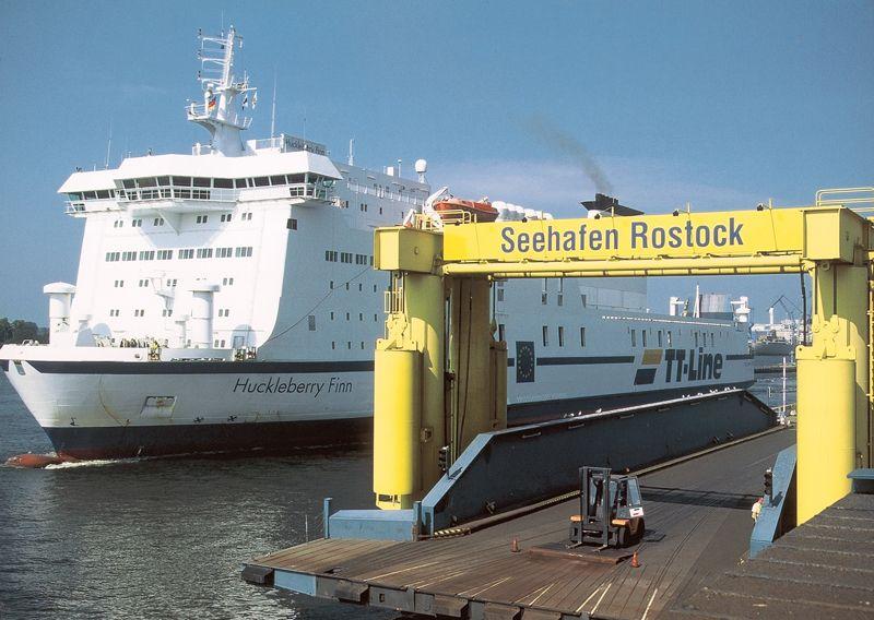 Die TT-Line Fähre Huckleberry Finn im Rostocker Seehafen