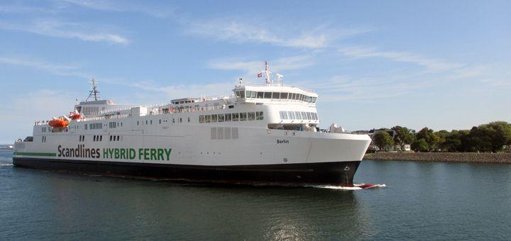 Die neue Hybridfähre von Scandlines aus Gedser kommend in der Hafeneinfahrt Rostock-Warnemünde.