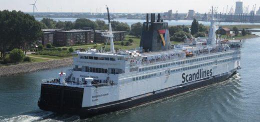 Die Scandlines Fähre Kronprins Frederik aus Gedser kommend läuft in den Rostocker Hafen ein.