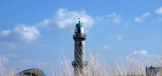 Den Leuchtturm in Warnemünde sollten Sie im Urlaub an der Ostsee unbedingt besuchen.